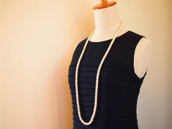 本真珠のようなつややかなコットンパールを  シンプルに繋げたロングネックレス  お色は、肌なじみのよいキスカ一見すると単色に見えますが、所々に  ピュアホワイ...|ハンドメイド、手作り、手仕事品の通販・販売・購入ならCreema。
