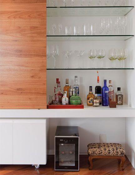 #432560 No móvel que atende a sala de jantar arrume copos e taças de cristal de acordo com o modelo e a  432x560 píxeis em Bar Moderno Para Sala De Estar Imbutido