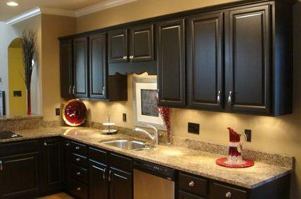 Cómo pintar una cocina con gabinetes oscuros  d1e658e7bcc6