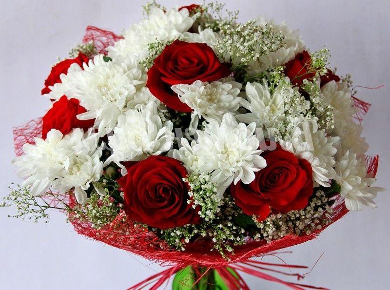 Свадебный букет из красной кустовой розы и белой хризантемы