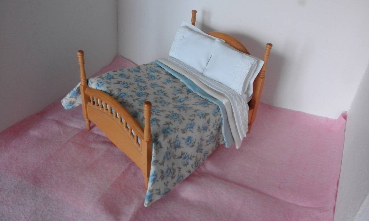 DOLLS HOUSE 1//12th COTTON SHEET /& 2 PILLOWS DOUBLE BEDDING SET