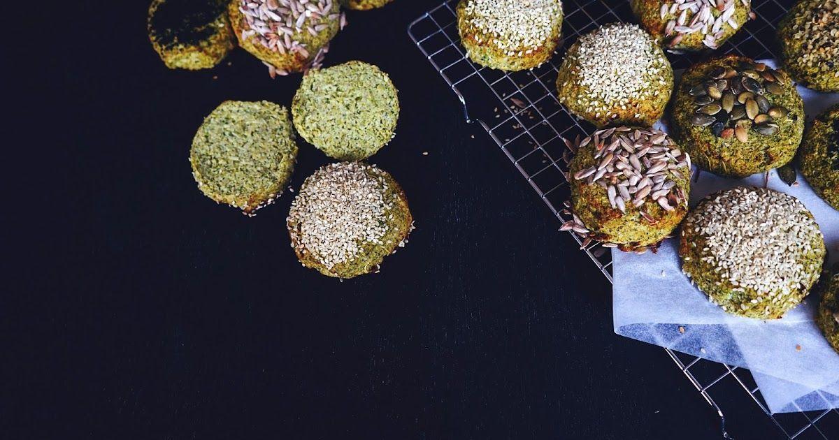 BROCCOLIBOLLER lowcarb lowcal favs Fav:  6-7 boller  1 broccoli incl stokken 1 æg 2 æggehvider 1 tsk. bagepulver 1 tsk. salt 2 spsk. loppefrøskaller 1 spsk. oregano (kan undlades) 1/2 dl kokosfibermel