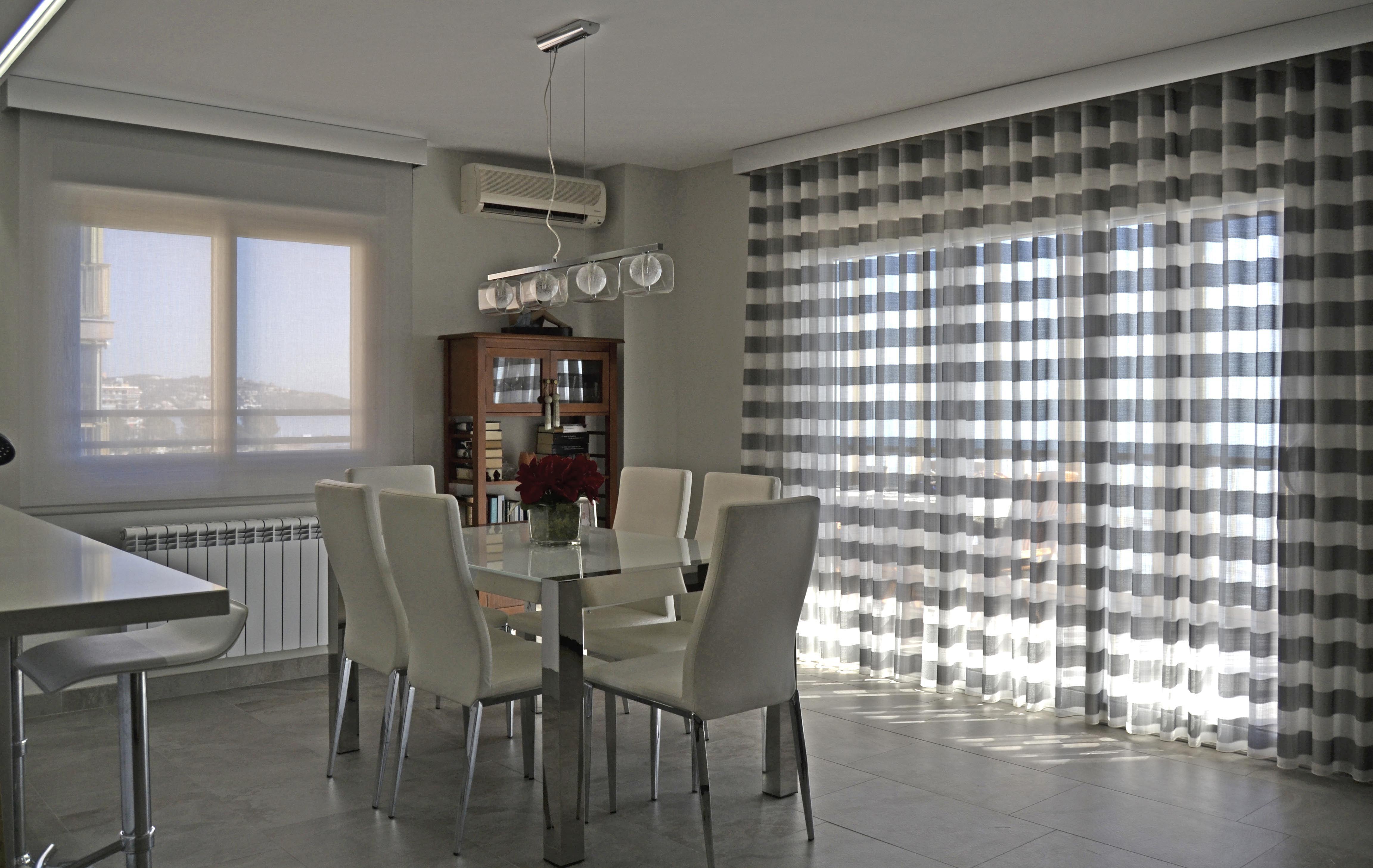 combinando enrollable y cortina en las ventanas de un mismo comedor villalba