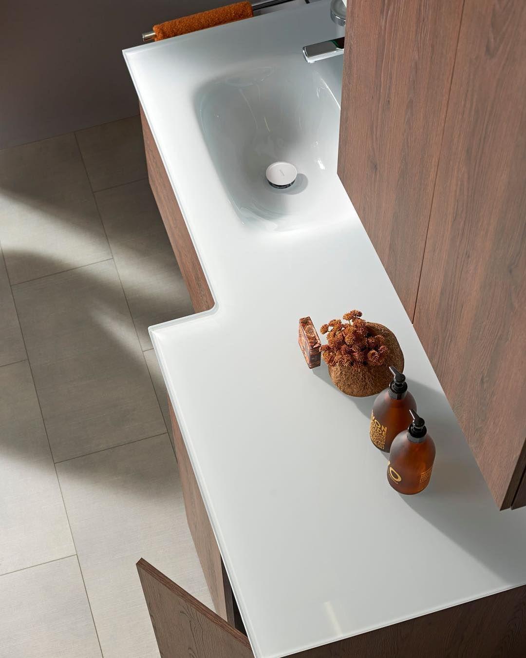 Glas Ermoglicht Besonders Lange Waschtischformen Im Bild Eine Grosszugige Abdeckplatte Mit Waschbecken Unter Der Sich Neben Viel Stauraum Auch Eine Waschmasc