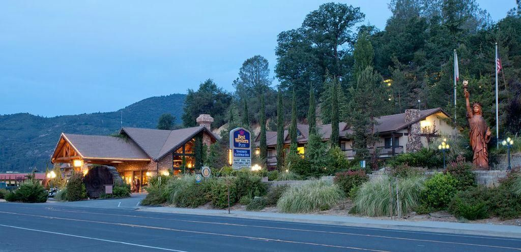 Located In Scenic Oakhurst California The Best Western Plus Yosemite Gateway Inn Is A Contemporary Styled Hotel 15 Miles From South Entrance Of
