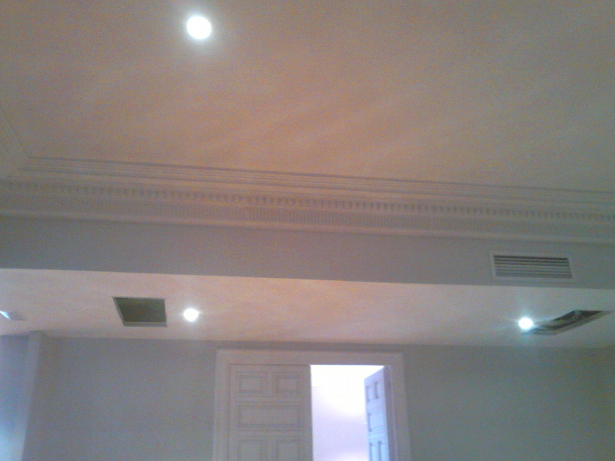 Instalación de falsos techos y cornisa de escayola, en salón de ...