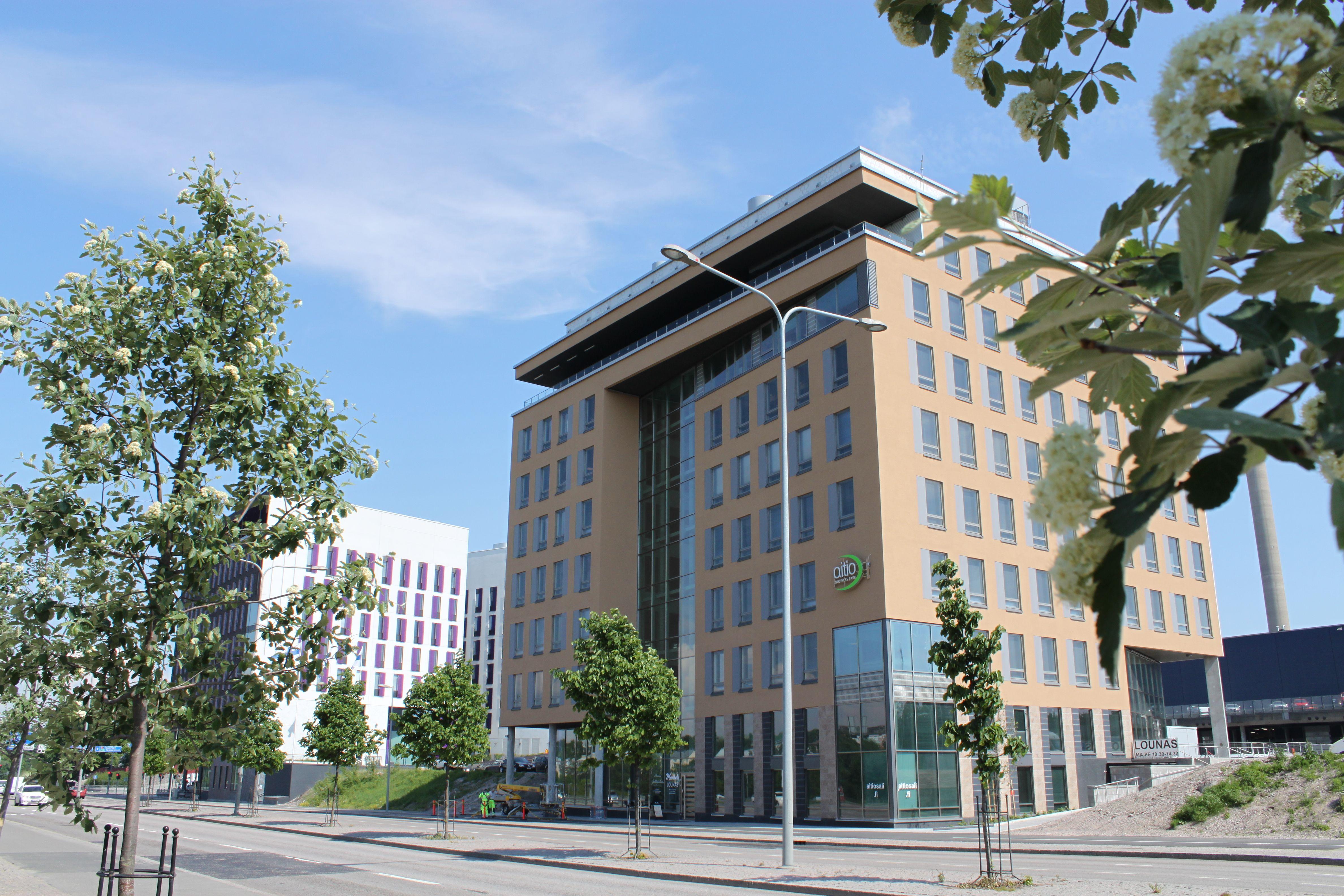 Aitio Business Park Mannerheimintien varrella, Ruskeasuolla, on ihmisen kokoinen ja valoisa rakennus