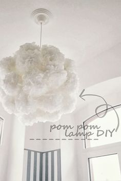 HOW TO: Pom Pom Lampe DIY - vor allem mit der Minirosette an der Decke echt schön. Leider kann ich mir vorstellen, dass das gute Stück schnell einstaubt - und auch nicht sonderlich lichtdurchlässig ist - vielleicht könnte man das umgehen, wenn man Pompoms aus Chiffon auf eine Feinstrumpfhose näht. Dann kann man die Pompoms abnehmen und waschen.