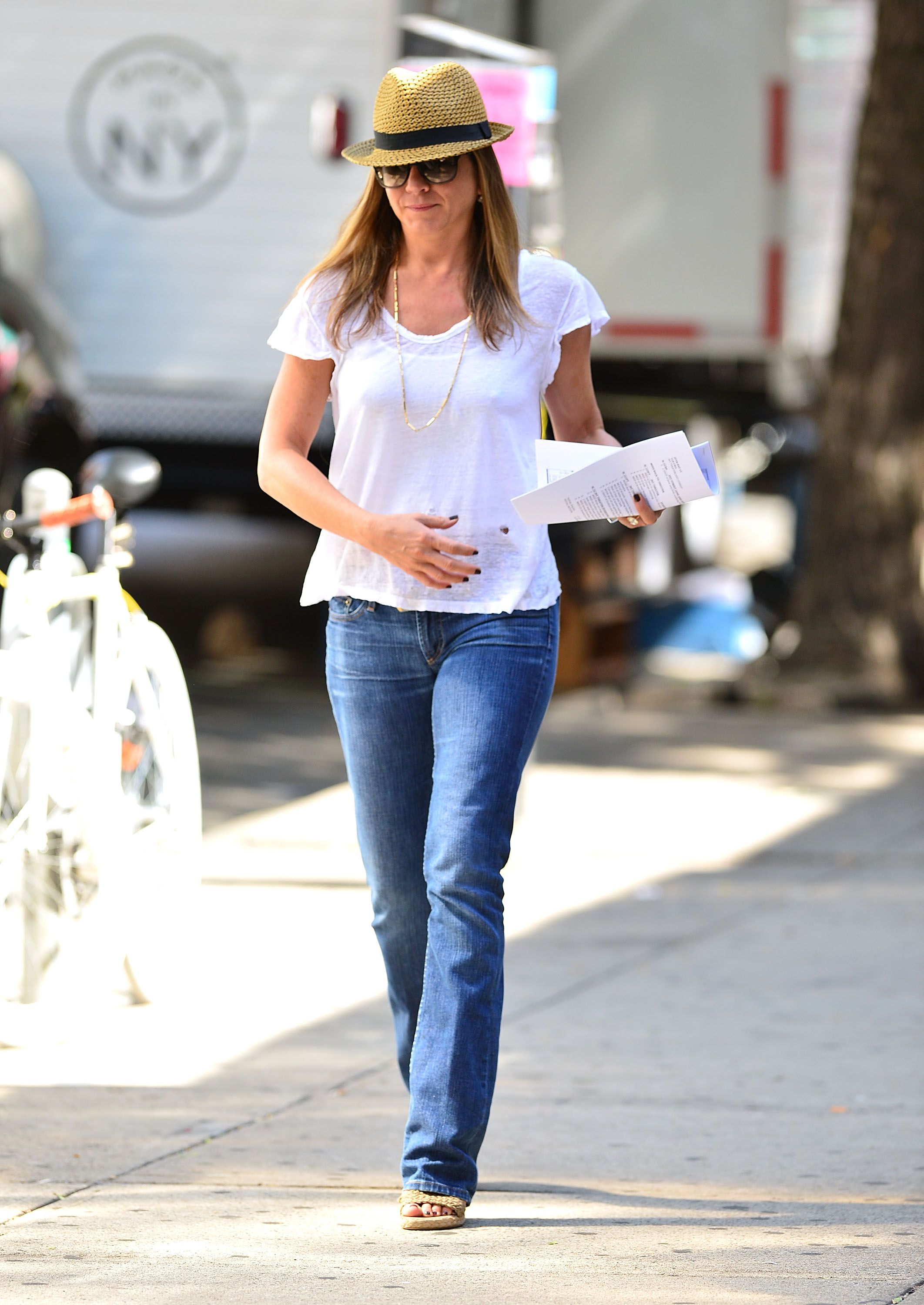 White t shirt fashion tips - Jennifer Aniston S T Shirt And Jeans Style