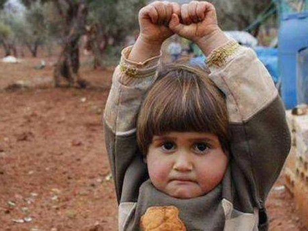 """Conmoción por la foto de una niña siria que se """"rinde"""" ante una cámara - INICIÉ UNA PETICIÓN ANTE LA UNIÓN EUROPEA PARA QUE SE HAGAN RESPONSABLES DE LOS SIN PATRIA Y SIN HOGAR"""