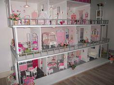 Construction De Maisons De Poupee Barbie Maison De Poupee Barbie Maison De Poupee Maison De Poupee En Bois