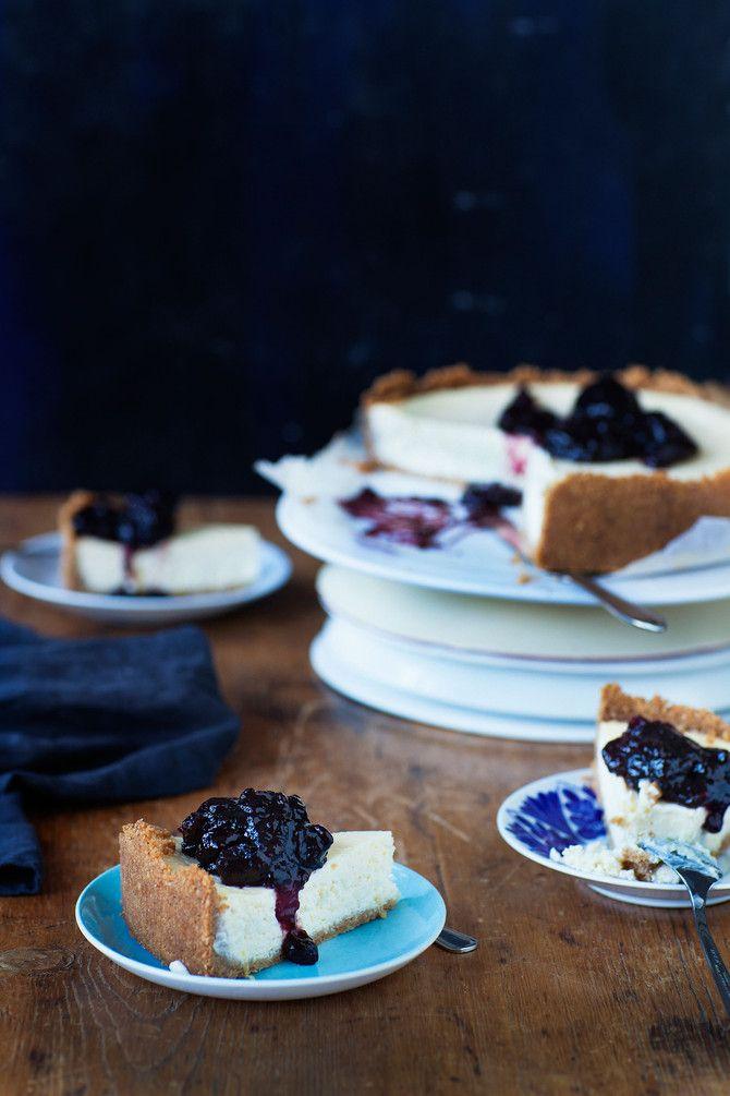 VilleGallen päivänä Satulinnan herkkupöytään kannettiin kirsikkainen juustokakku. Mauton jasso -biisin hengessä myös tämän kakun keskusta saa jäädä vähän h