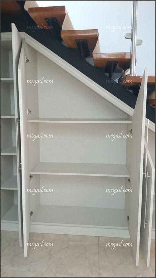 Detalle del interior del armario closets escadas decorativas armazenamento em escada y - Armario hueco escalera ...
