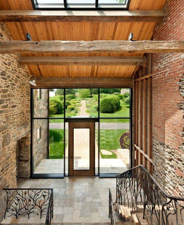 Remodelaci n de casa de piedra y madera en el campo for Remodelacion de casas interiores