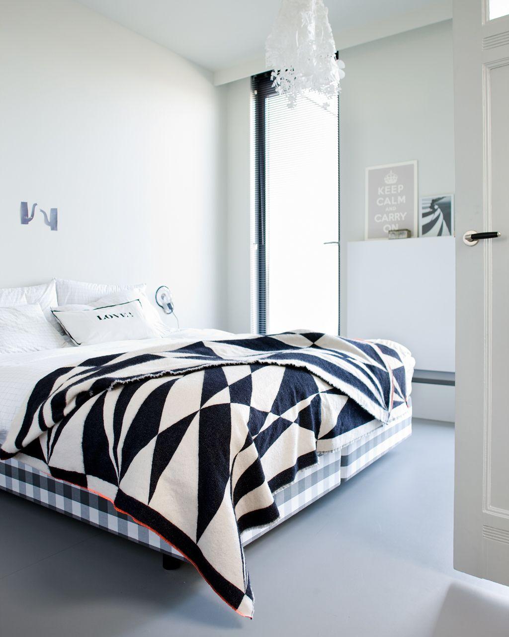 slaapkamer met zwart witte sprei vtwonen
