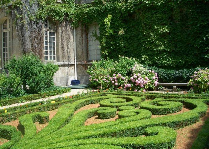 englischer garten mit hohen heckenpflanzen und laubbäumen, Garten ideen