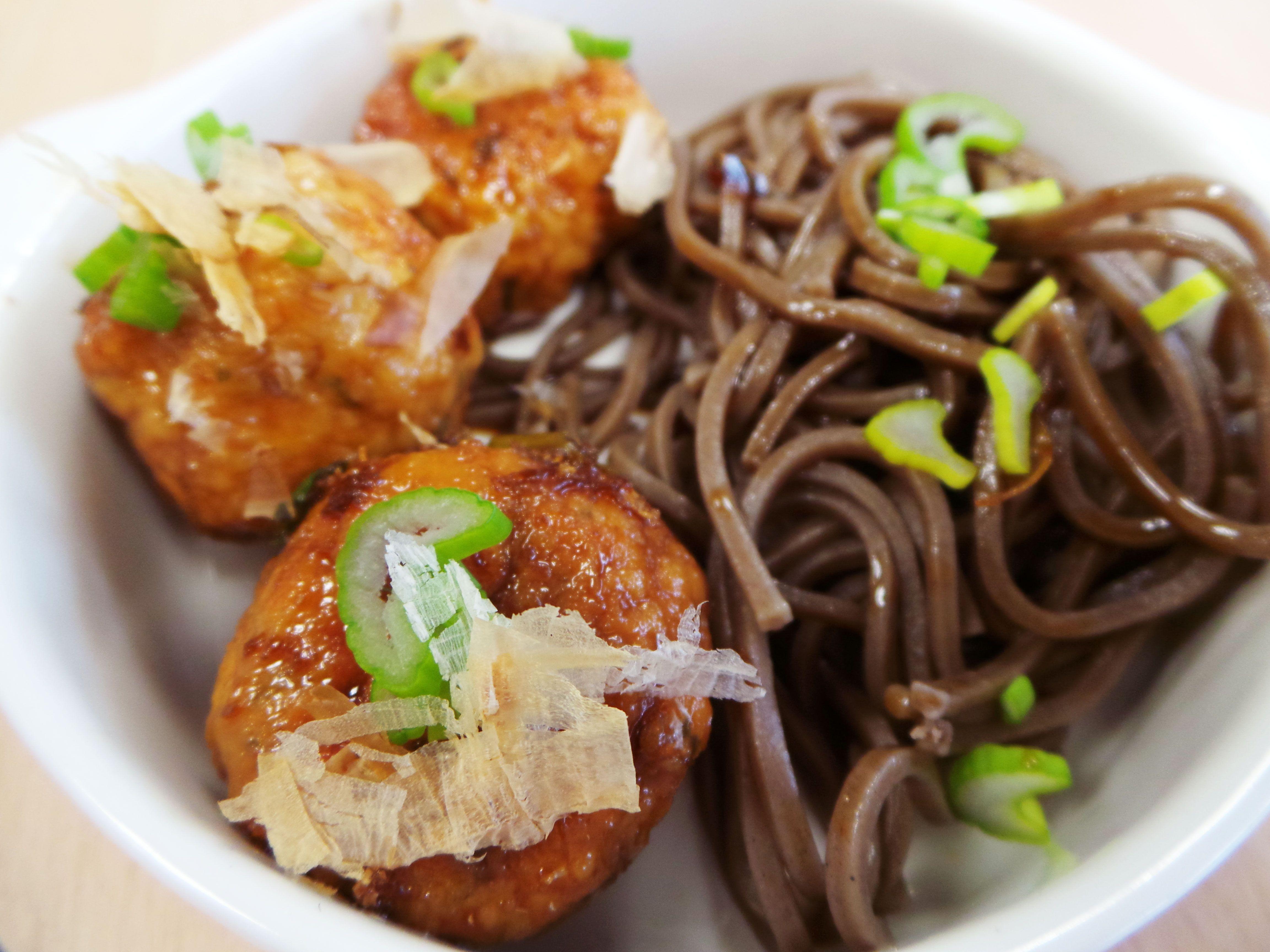 Bouchées japonaises au poulet et nouilles soba servies ...
