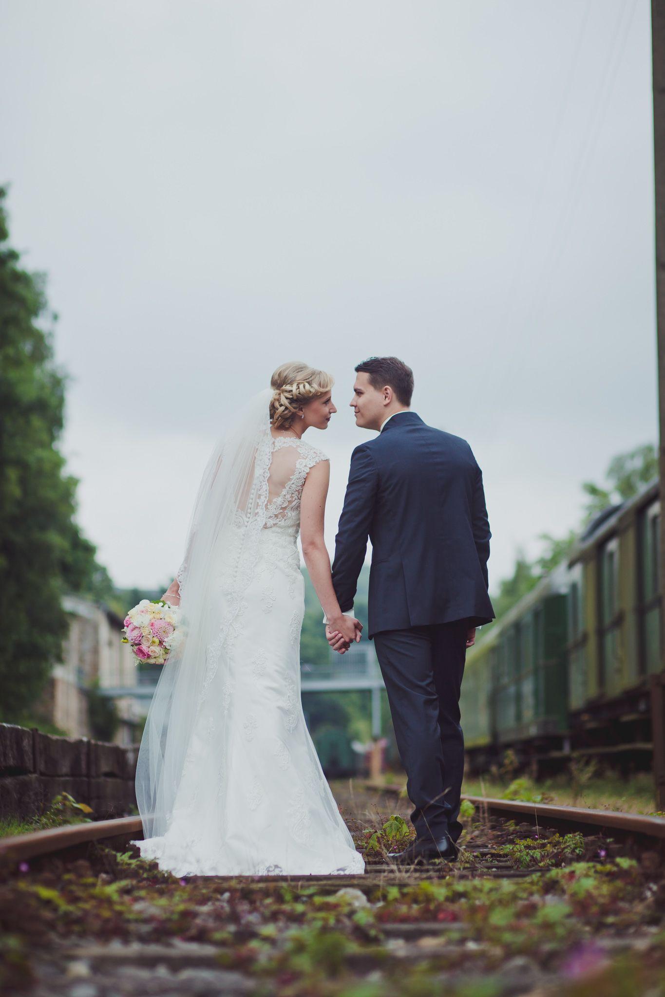 kreatives Hochzeitsfoto auf Bahngleisen   Hochzeitsfotos