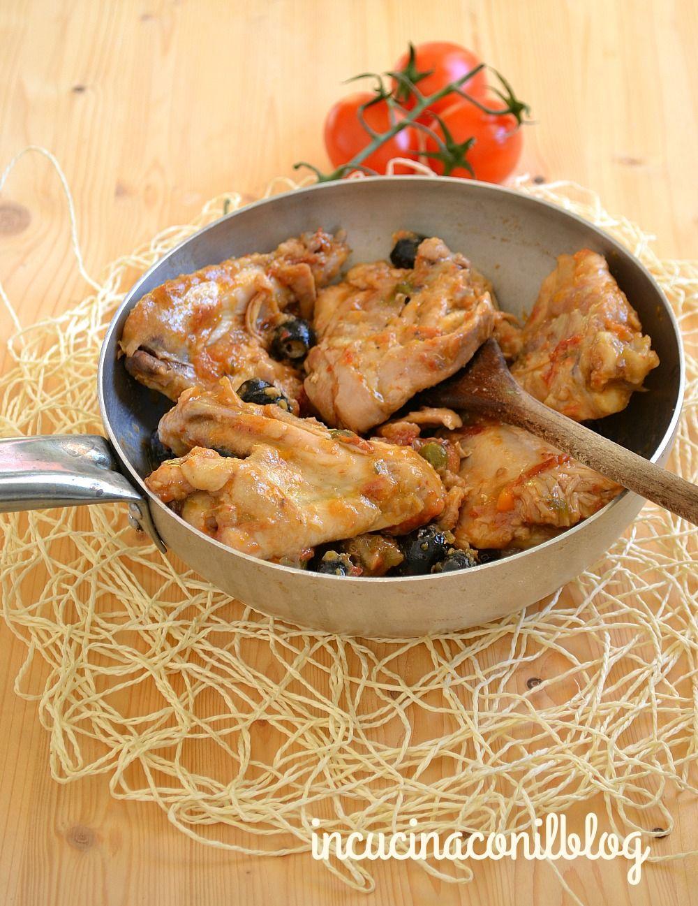 Il pollo in tegame è molto buono, con qualche ingrediente per insaporire il sughetto e la carne tenera. Oggi non avevo voglia di mangiarlo al forno, che è
