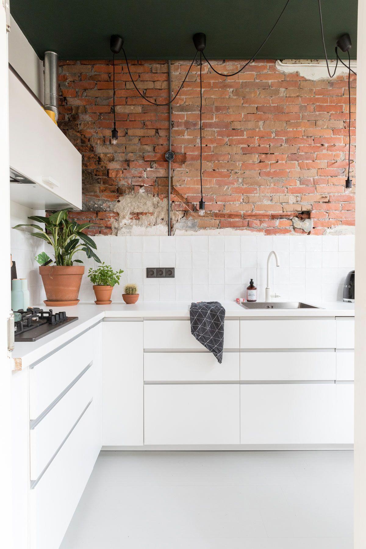 Strak Natuurlijk Een Tegenhanger Van De Strakke Keuken Is De Bakstenen Muur A Counterpart To The Sleek K Brick Wall Kitchen Modern Kitchen Brick Kitchen