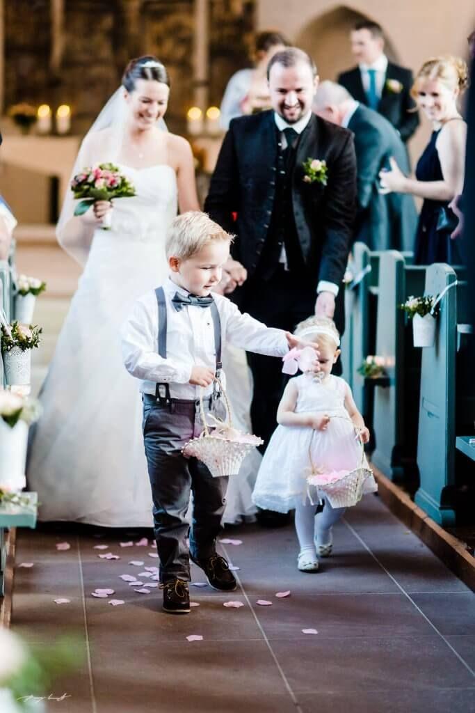 blumenkinder brautpaar hochzeitsfotograf trauung st. marien
