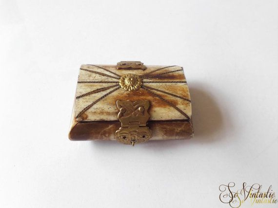 Small carved stone(?) trinket box with (inlaid) elements of brass. Treasury-box-shaped stamp box, sniff box, gift box, ring box, earring box, present box. The box is both lovely and sturdy and makes a good (Christmas / Xmas) present for men / for him by SoVintastic, € 8,95 only