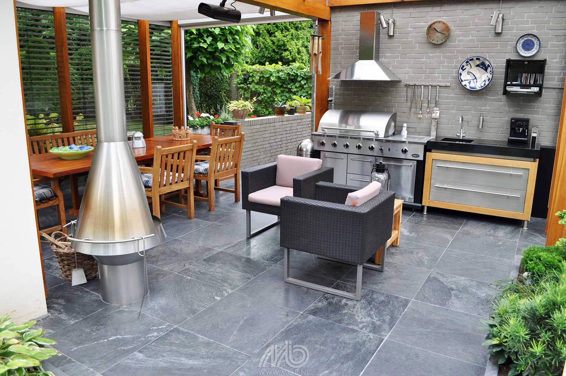Een levendige tuin maak je met natuursteen terrastegels carbon