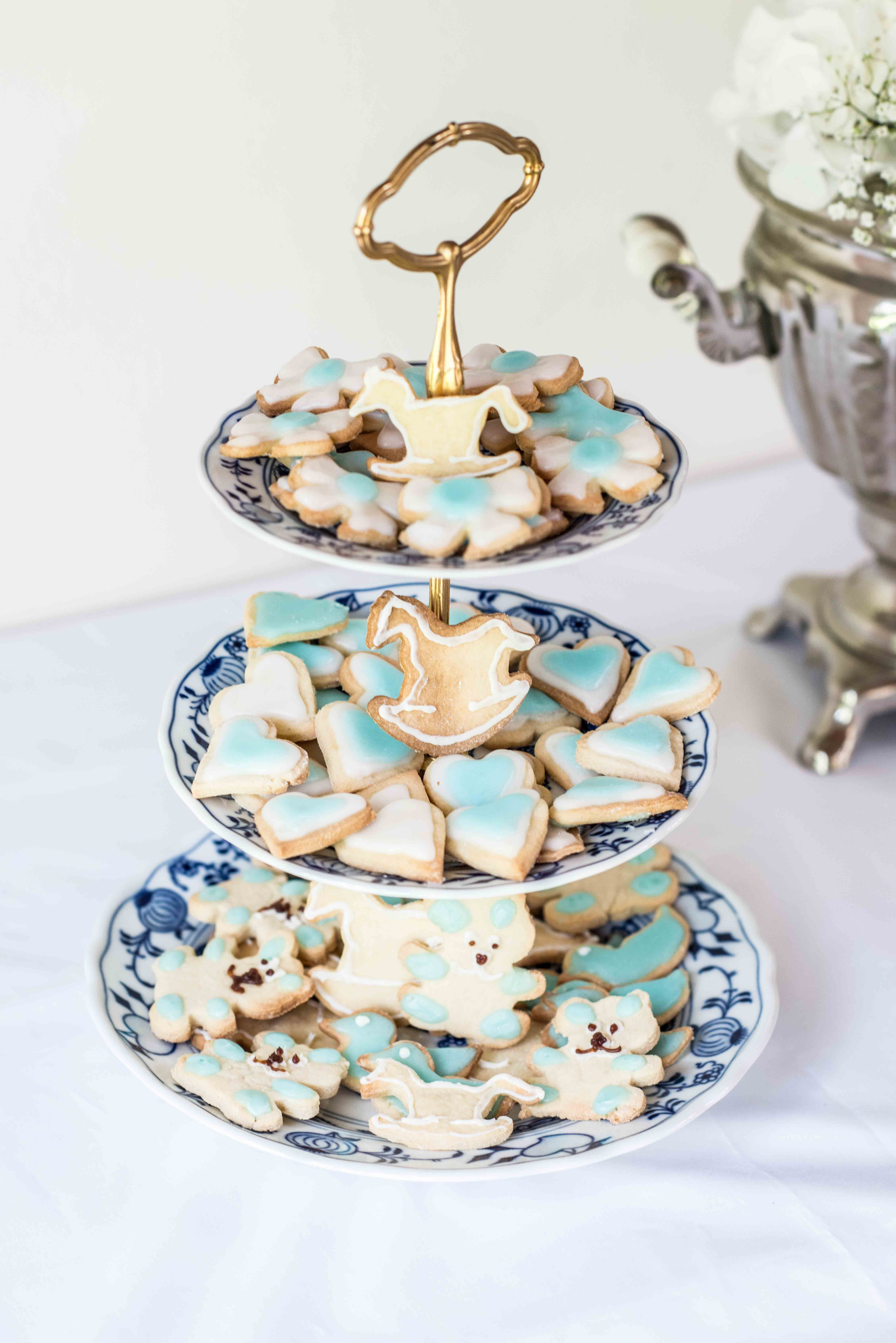 Baby shower cookies. On the cookies – get ready – go. A sweet tooth there that are the perfect mini treats for the baby shower. The small biscuits with lemon flavour can be decorated with blue or pink as the motto. With special cookie cutters like bears, ducks, hearts, stars and rockinghorses.