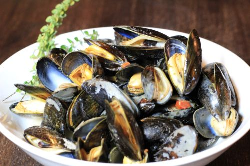 Mussels in white wine broth with rosemary, and tomatoes