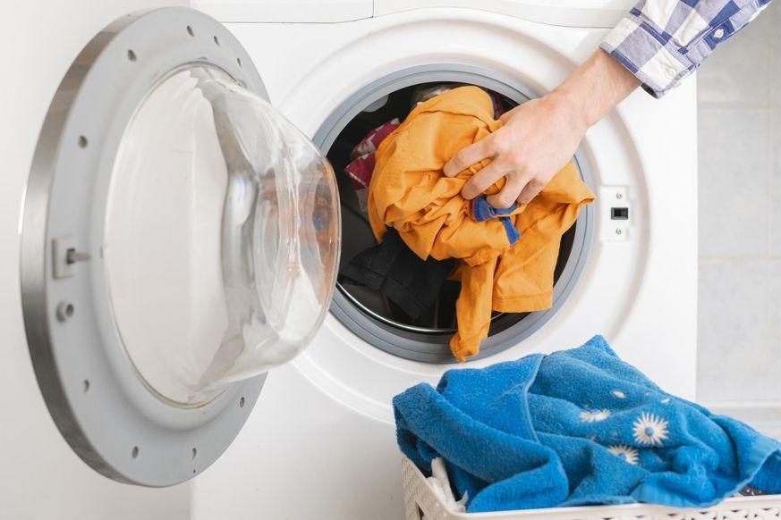 Kleidung stinkt nach dem Waschen: Was deine Waschmaschine