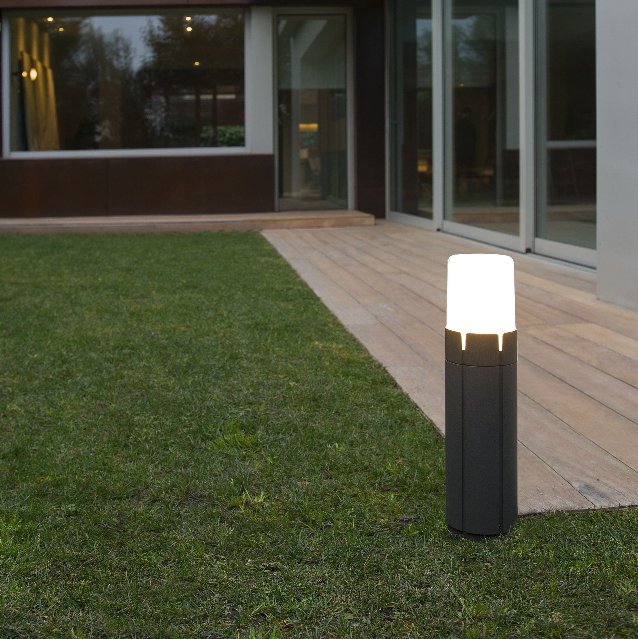 noir black borne baladeuse luminaire lighting lampe lamp jardin garden contemporain contemporary light lighting fonctionnel - Luminaire Jardin