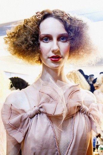 O desfile de R. Rosner tem uma beleza barroca, assinada por Fabiana Gomes - clica pra ver mais!