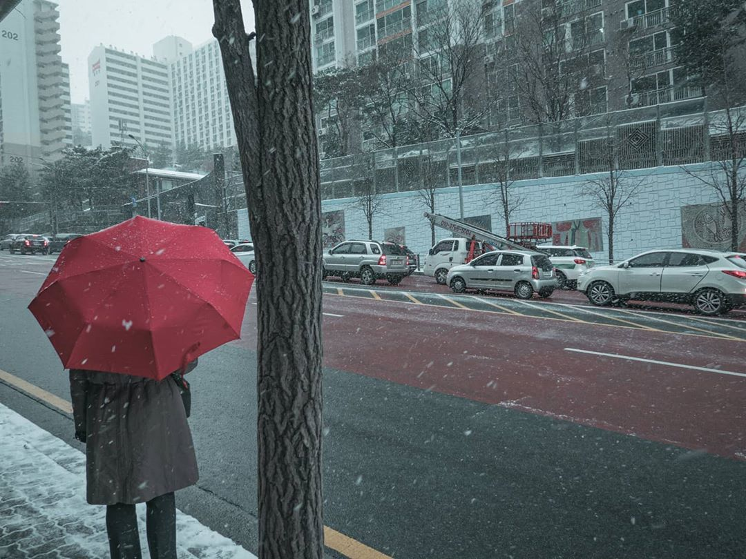 Red . . . . #red #streetsnap #snowday #umbrella #waiting #watingforyou #streetphoto_bnw #streets #streetview #streetframe #포토트리공모전 #사진학개론사진전 #소니이미지갤러리 #24mm