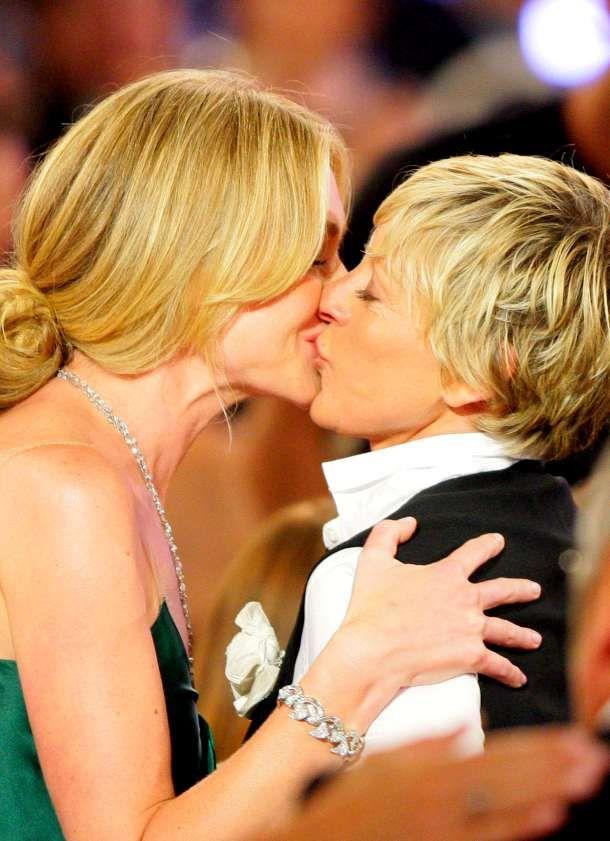 Hot lesbisk moms kyssing