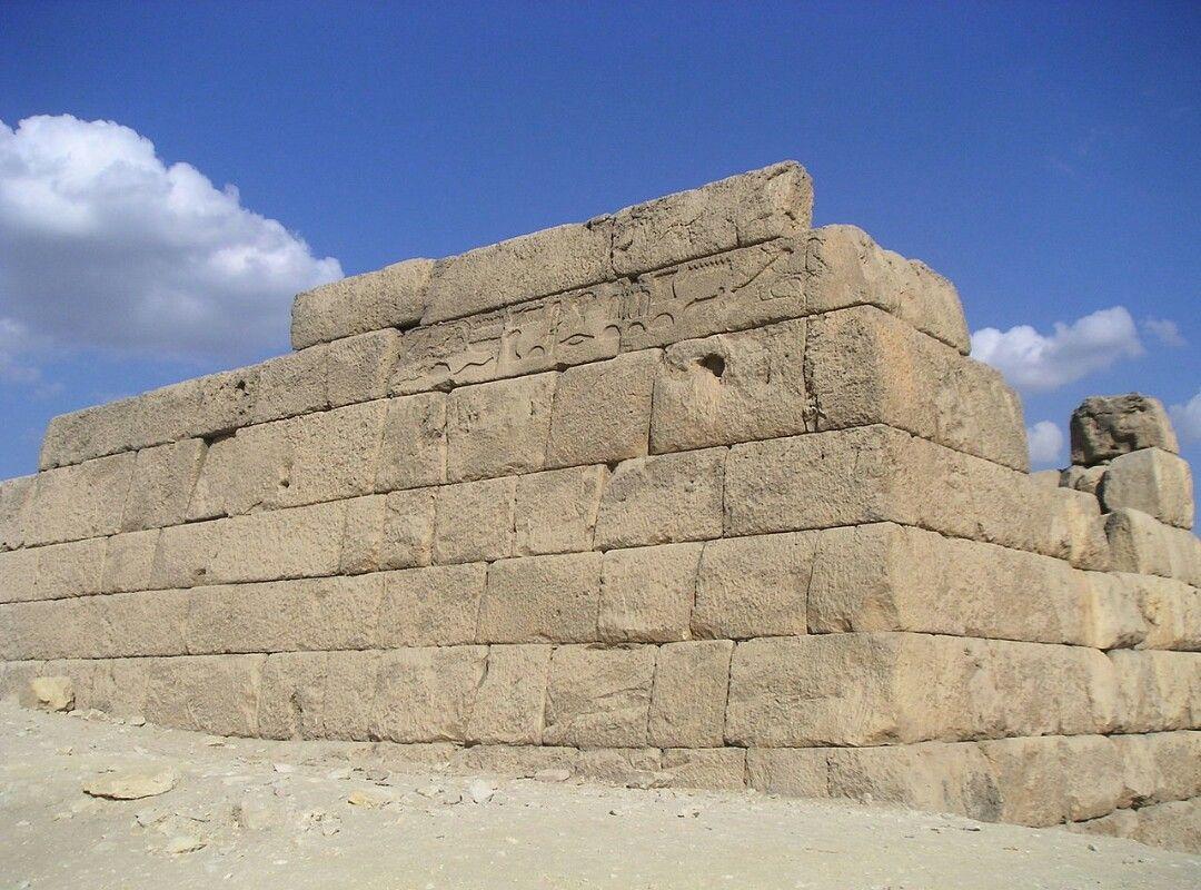 Las Mastabas egipcias tenían una planta cuadrada y forma de pirámide truncada. Se construían con adobe o piedra. Los muros se disponían en sillería. Los techos eran adintelados. Las mastabas eran edificios funerarios donde se enterraba a los grandes sacerdotes y cargos políticos. Fueron predecesoras de las pirámides. Las Mastabas contaban con dos niveles: el subterráneo, donde se enterraba al difunto, y el superior, a donde podía entrar la familia a dejar ofrendas.