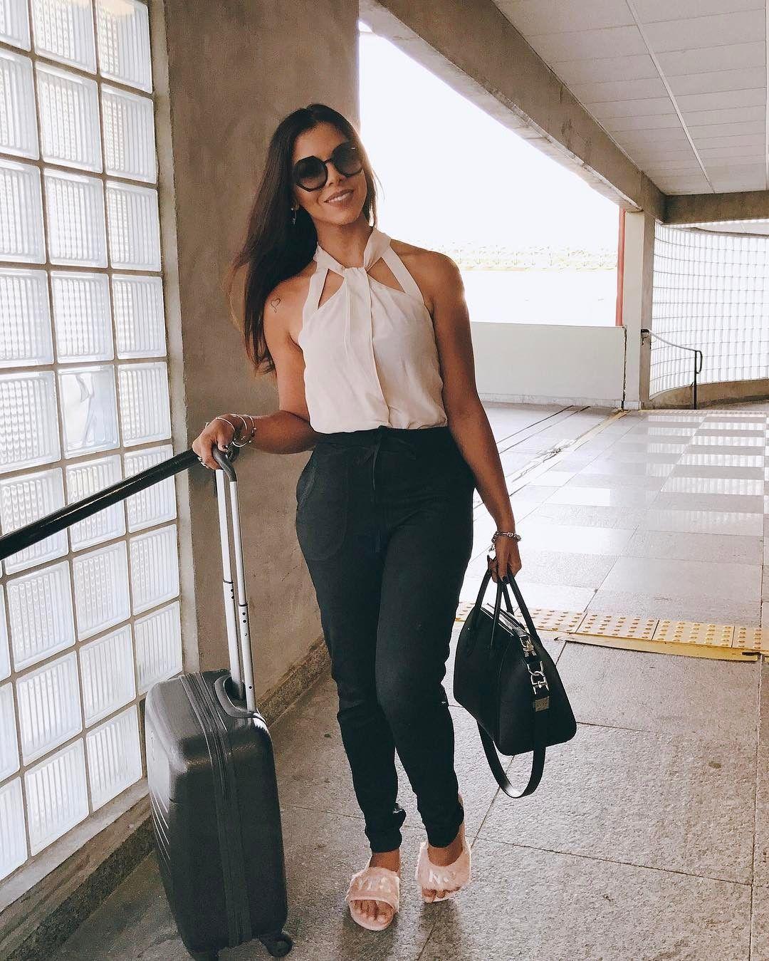 Aquela que mete o chinelão no pé e quando tá chegando no compromisso coloca o salto kkkkk sempre fazia isso no metrô quando ia pro Centro trabalhar  tem coisa que nunca vai mudar rs  Simbora que tem muito job em SP até sábado! Ótimo dia pra vocês!!!!! ✈️ #ACaraDeBundaÉSono kkkk