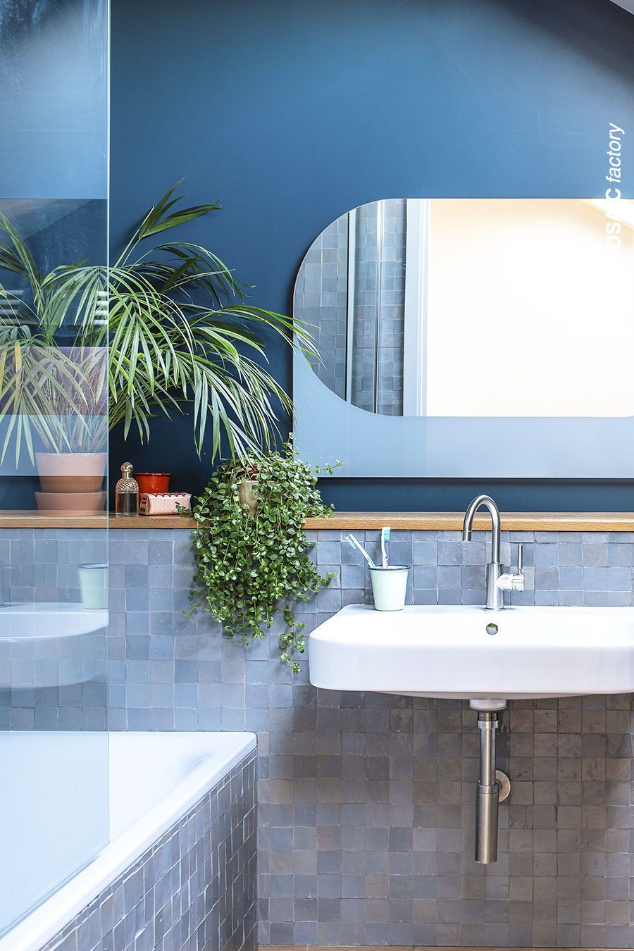 Modernes blaues Badezimmer mit passenden graublauen ZELLIGE