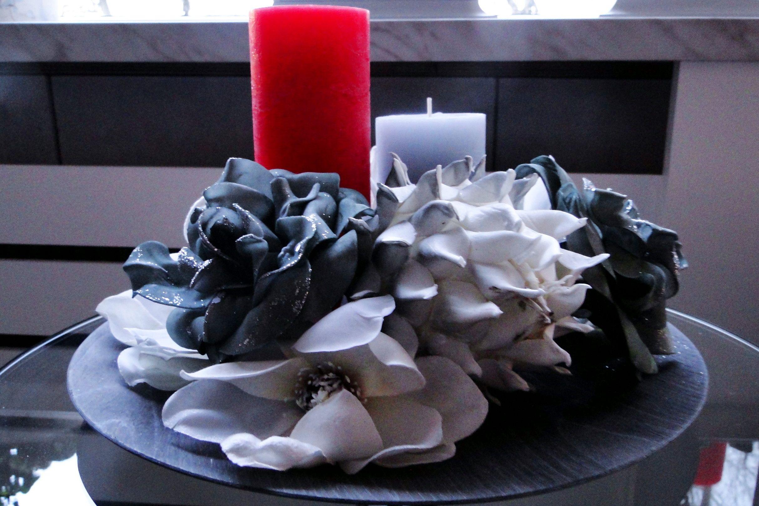 Opgemaakt met kunstbloemen en kaarsen