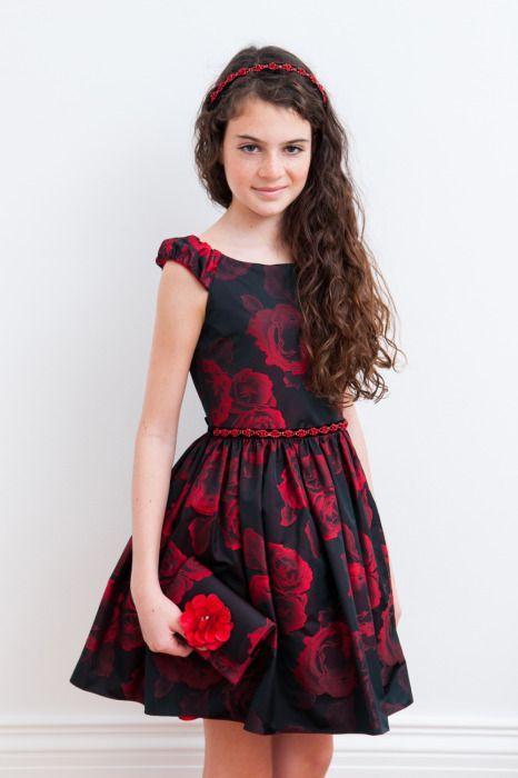 Çocuk Abiye Kıyafet Modelleri Siyah Kısa Kayık Yaka Kırmızı Gül Desenli Kemerli