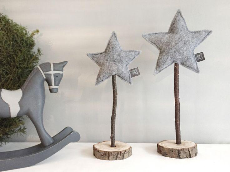 Weihnachtsdeko - Stjerne Set grau - 2 Filz Sterne auf Echtholz - von snuggles-cottage #weihnachtsdekohauseingang