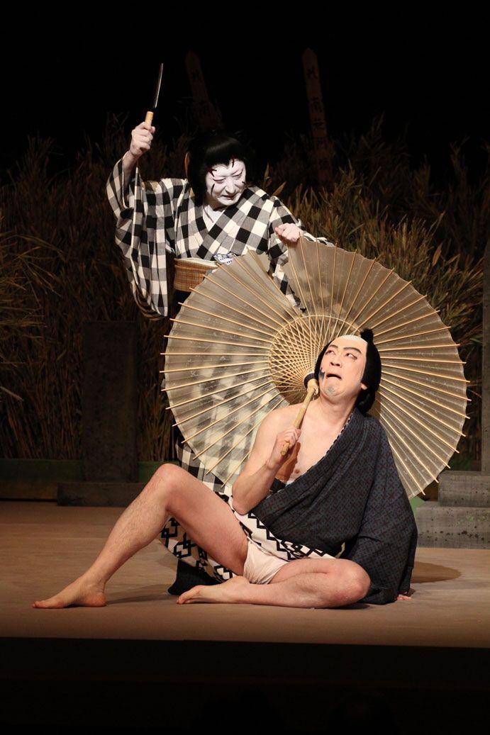 """Otomi (Nakamura Tokizo V) kills the thief Yasuzo (Bandō Yajuro) in the play """"Kirare Otomi"""" (Otomi with many scars)"""