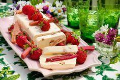 Mandeln, Erdbeeren und Rhabarber ergänzen sich geschmacklich hervorragend, warum also nicht ein Parfait zaubern und alle drei vereinen?