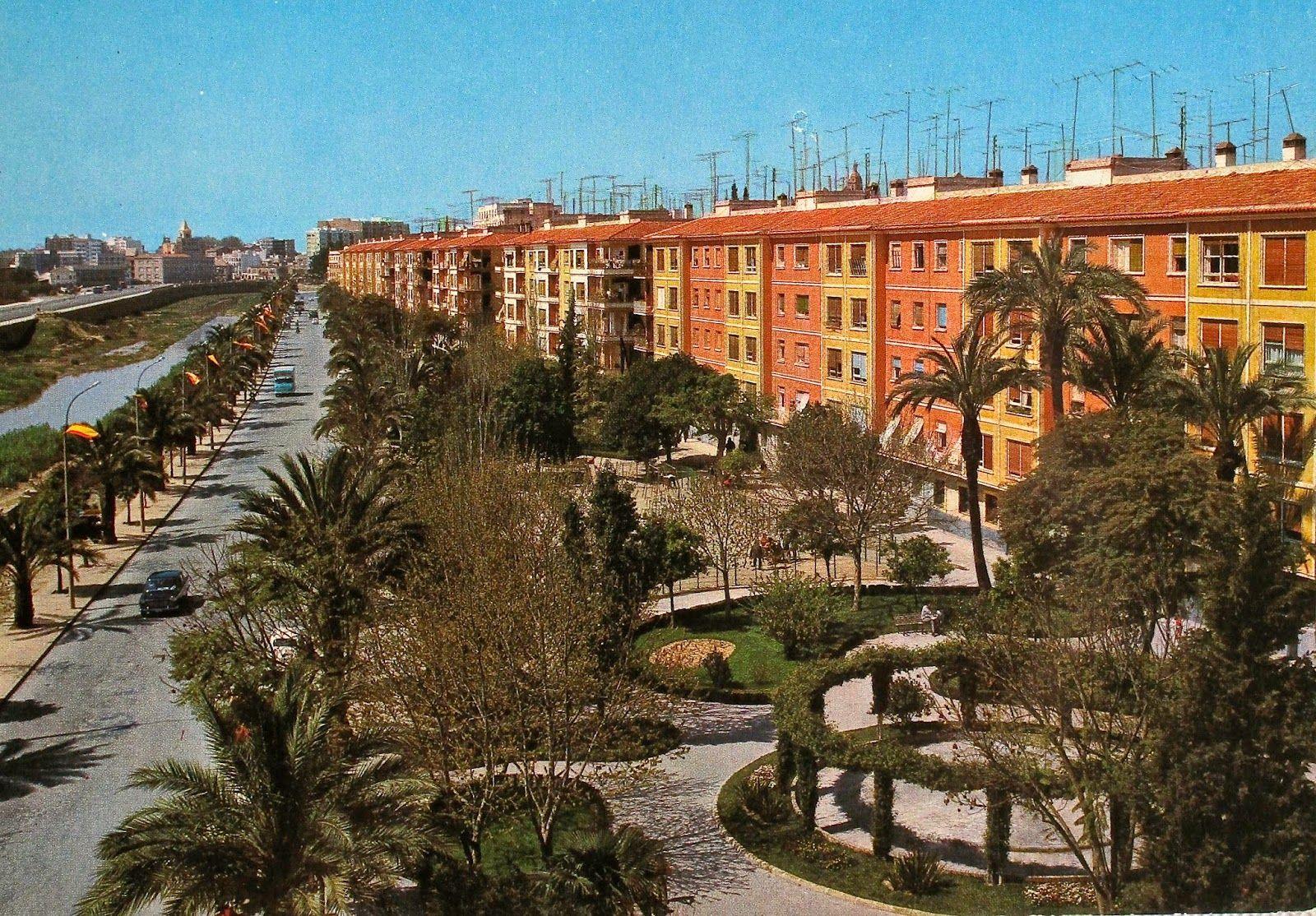 avenida Itte. Jorge Palacios (antes General Moscardó) en unas imágenes retrospectivas de los años 60. llama la atención es el incremento de antenas de T.V. a lo largo de estos años (finales 60).  Los banderines de las farolas delatan días de celebración en la FICA¡Ay Murcia!: abril 2014