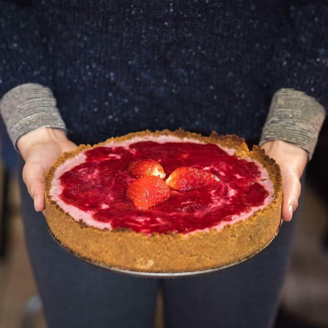 Quem acompanhou nosso stories ontem viu eu preparando essa torta vegana de morango. Ficou uma delícia! Quer saber como faz? Comenta aqui em baixo!