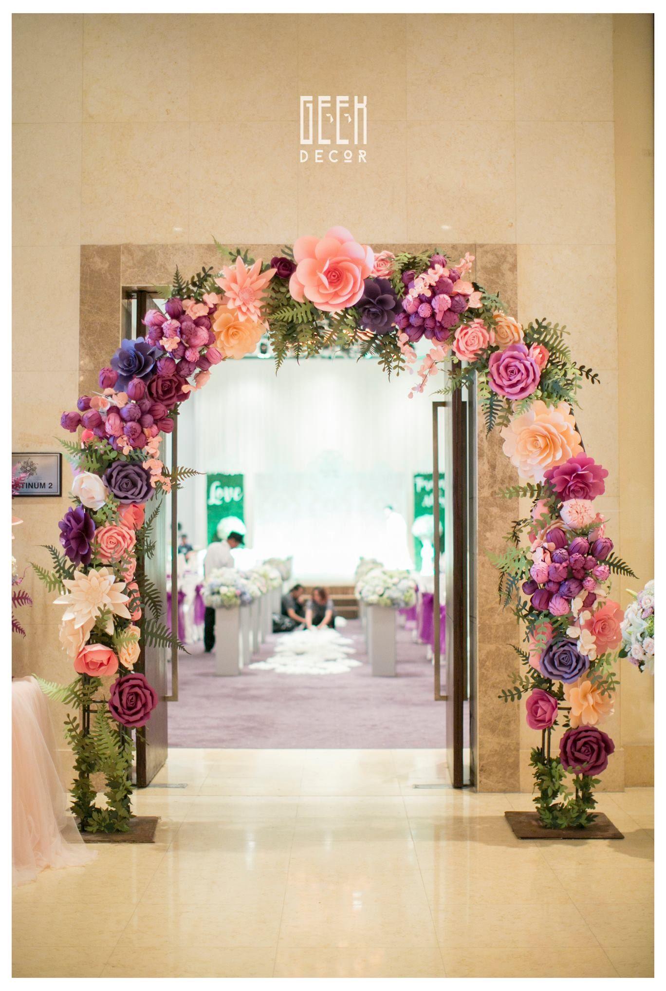 Arco con flores decoraciones en 2019 flores de papel for Adornos con plantas de nochebuena