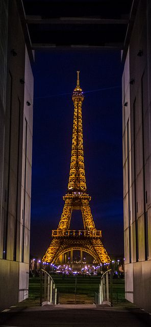 Eiffel tower in a frame