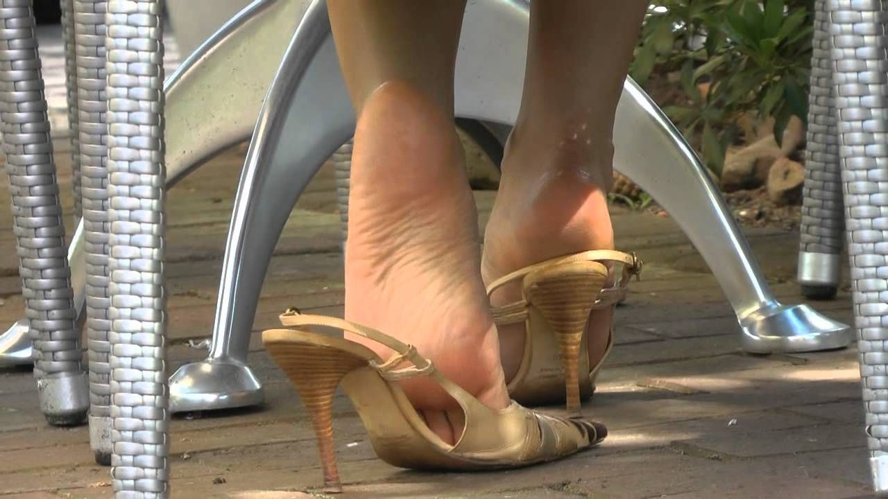 Leyla Goddess Dangling Shoeplay In Public Feet Foot