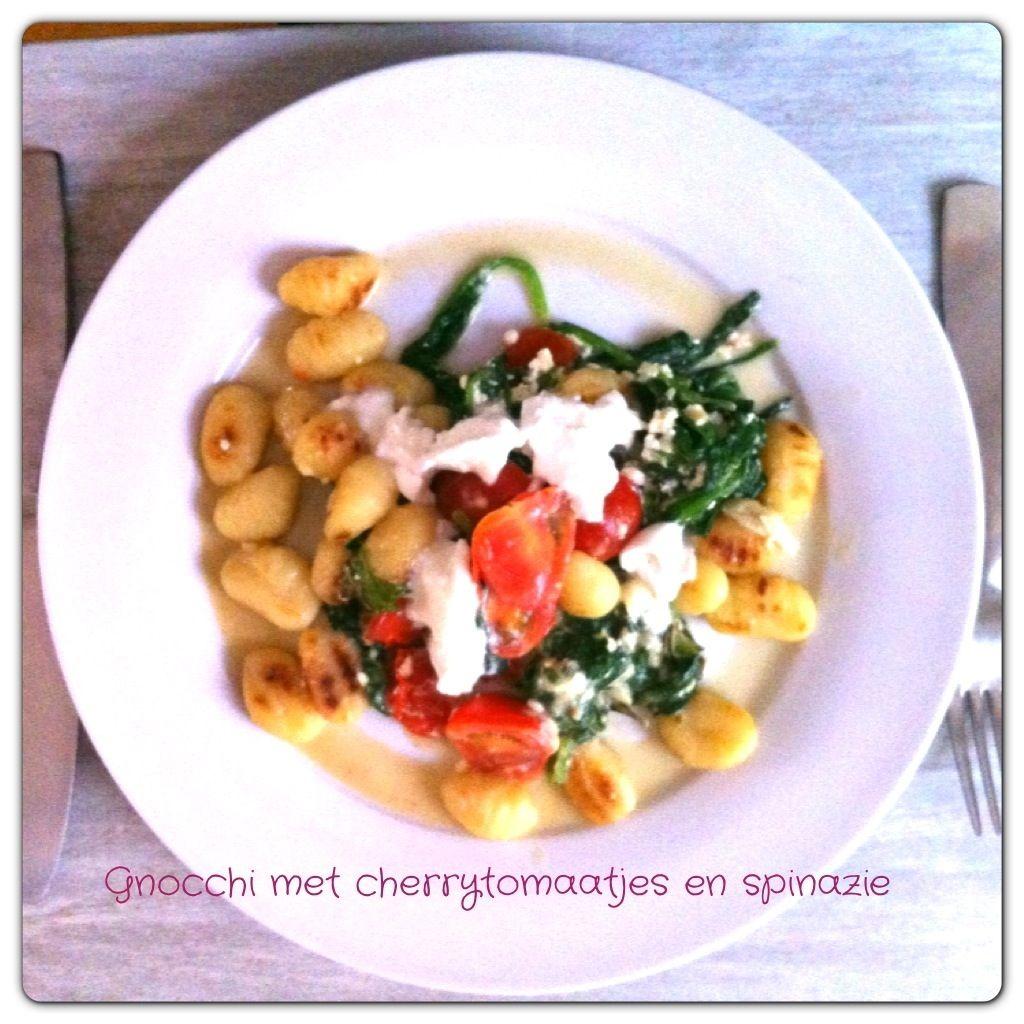 Ingrediënten voor 4 personen: – 500 gram gnocchi – 2 tenen knoflook – 400 gram spinazie – 250 gram cherrytomaten – 200 gram hüttenkäse – 1 bol buffelmozzarella &…
