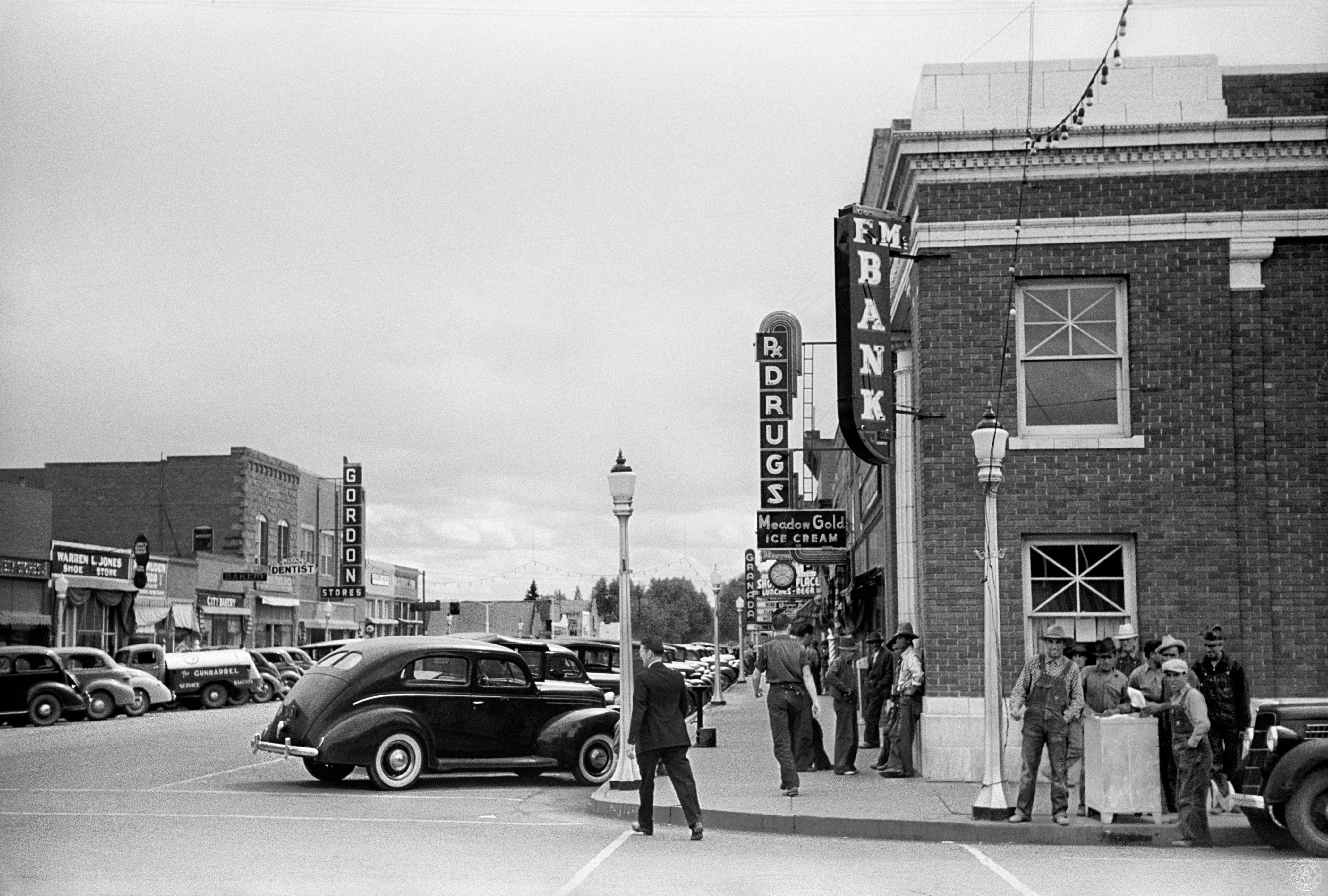 Head Into Town – 1939. Potato pickers in town, Monte Vista, Colorado.  Tintype Telegram – Historical news, photos and other e… | Historical news, Monte  vista, Photo