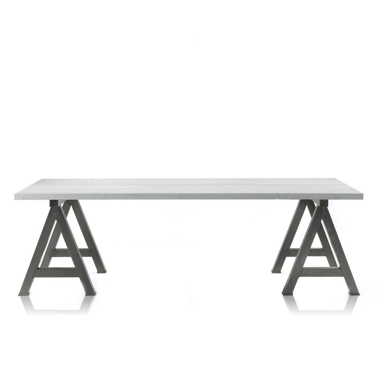 Un tavolo di design in legno con cavalletti in ferro. L\'originalità ...